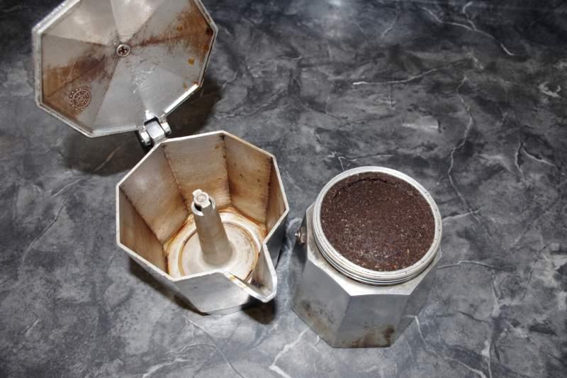 how to use a moka pot step 1